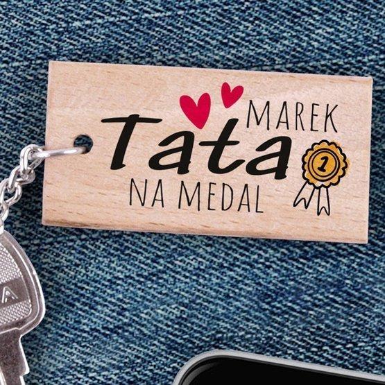 Brelok drewniany z nadrukiem - Tata na medal