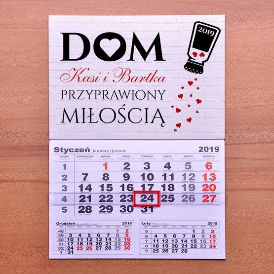 """Kalendarz ścienny z nadrukiem """"dom przyprawiony miłością"""""""